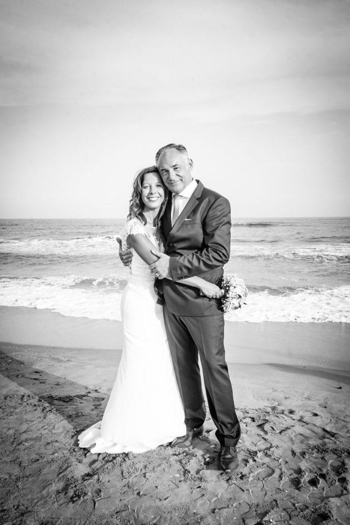 couple de mariés sur la plage de Sète