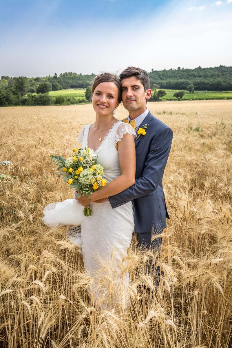 les mariés dans un champ de blé à uzes