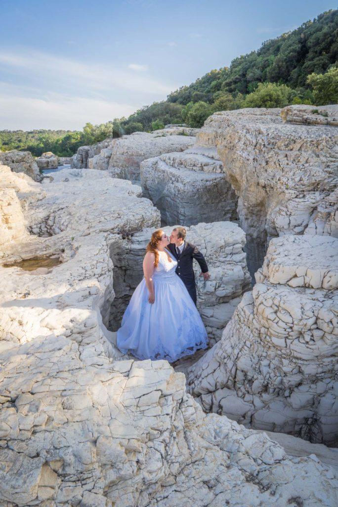 Les mariés dans un labyrinthe de roches prêt des cascades du Sautadet.