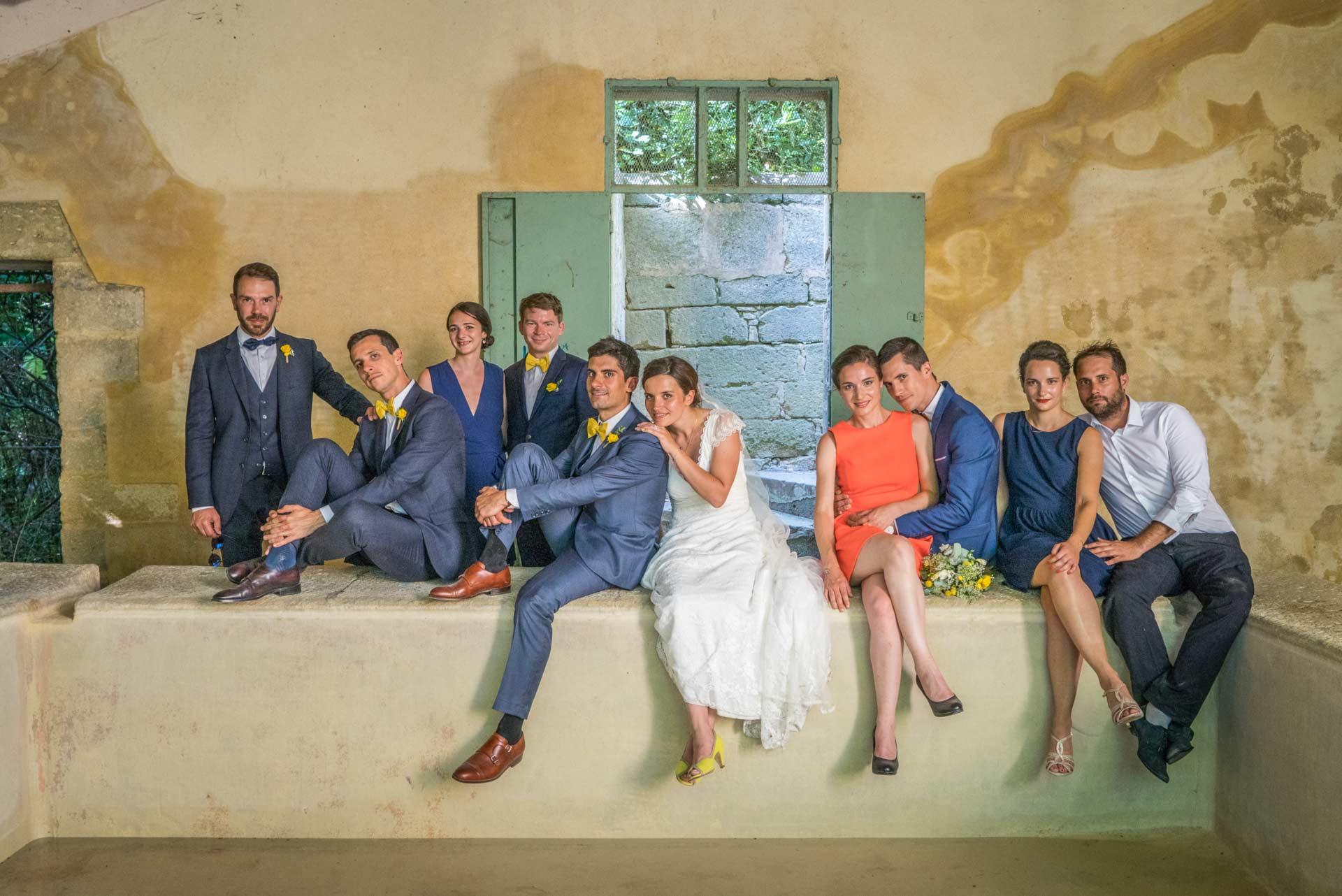 Mariage à Uzès. portrait d'un groupe de 5 coupes, les mariés avec leurs témoins, dans un vieux lavoir.