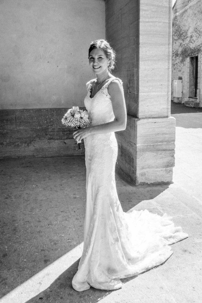 La mariée dans une belle lumière à la porte de l'église.