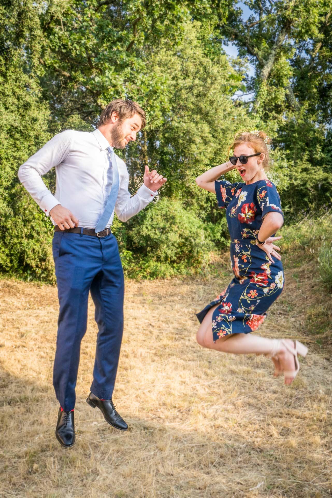 Un couple en habit de cocktail fait un saut dans un jardin