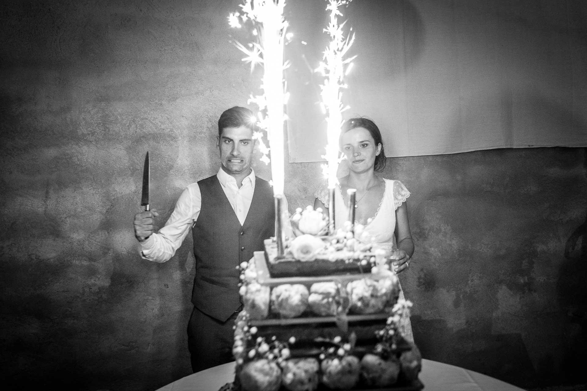 les mariés s'apretent à couper le gâteau de mariage