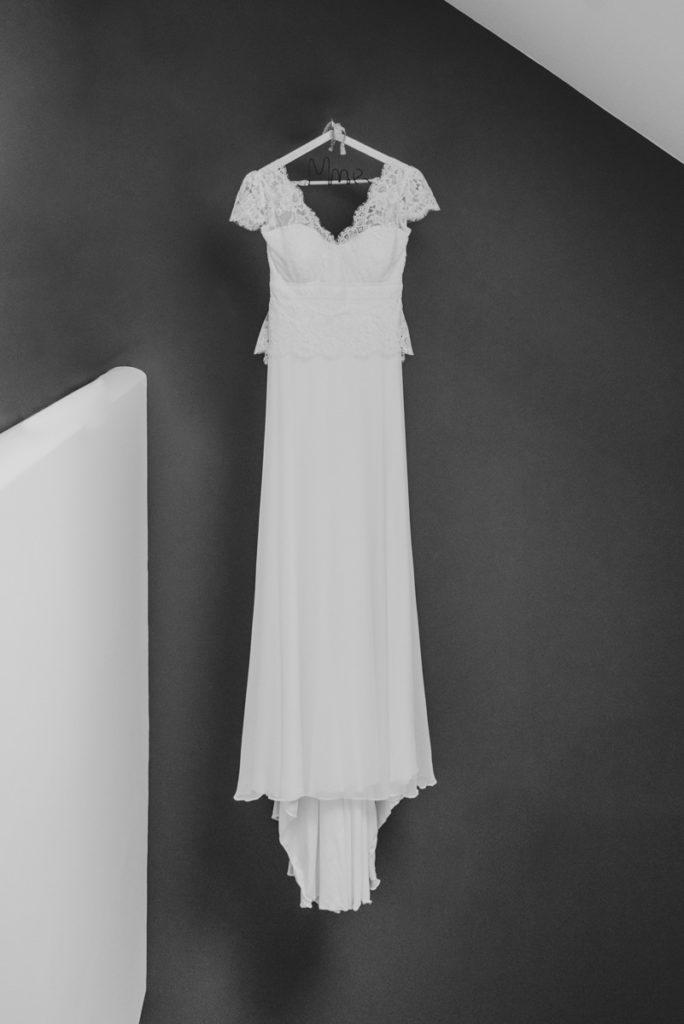 la robe de mariée contre un mur